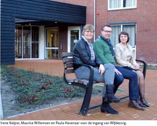 Irene Keijzer, Maurice Willemsen en Paula Havenaar voor de ingang van WIJdezorg.
